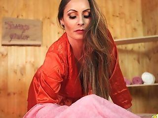 Hypnotizing Big Boobed Honey Sophia Delane Loves To Flash Her Cleverage